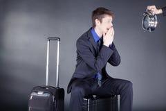 Biznesmen z walizką i zegarem Obrazy Stock
