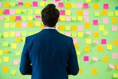 Biznesmen z wiele biznesowymi priorytetami Fotografia Royalty Free
