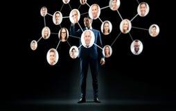 Biznesmen z wirtualną siecią korporacyjną Zdjęcia Royalty Free