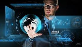Biznesmen z wirtualną ziemską kuli ziemskiej projekcją Fotografia Royalty Free