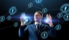 Biznesmen z wirtualnej sieci kontaktami zdjęcie stock