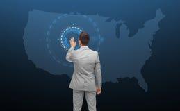 Biznesmen z wirtualnym celem nad usa mapą Zdjęcia Royalty Free