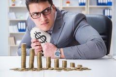 Biznesmen z złotymi monetami w biznesowym wzrostowym pojęciu Obrazy Royalty Free