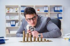 Biznesmen z złotymi monetami w biznesowym wzrostowym pojęciu Zdjęcia Stock