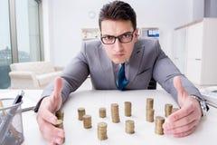 Biznesmen z złotymi monetami w biznesowym wzrostowym pojęciu Fotografia Stock