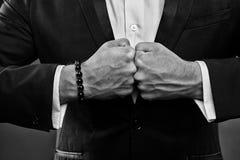 Biznesmen zaciska pięści, chujący agresyjny pojęcie Mężczyzna w mądrze kostiumu i białej koszula Biurowy urzędnik na zmroku zdjęcia stock