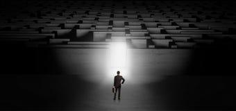 Biznesmen zaczyna ciemnego labityntu wyzwanie obrazy stock