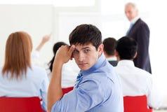 biznesmen zanudzająca konferencja obraz stock