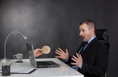 Biznesmen zarabia wirtualną walutę na sieci obraz stock