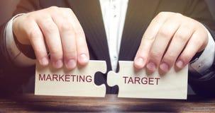 Biznesmen zbiera drewniane łamigłówki z słowo marketingu celem Członowość rynek Fragmentaryzacja konsumenci w zdjęcie stock
