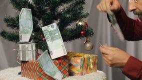 Biznesmen zbiera pieniądze od choinki zdjęcie wideo