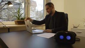 Biznesmen zdejmuje rzeczywistość wirtualna gogle kontynuuje pracować zdjęcie wideo