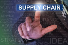 Biznesmena łańcuchu dostaw wzruszający guzik na wirtualnym ekranie zdjęcia stock
