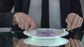 Biznesmena łasowania euro banknoty, marnotrawienia pojęcie, defraudacja budżet zbiory wideo