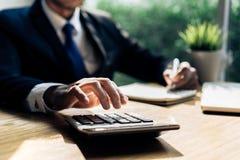 Biznesmena accouting zarządzanie z kalkulatorem fotografia royalty free