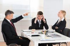 Biznesmena argumentowanie Z Jego Dwa pracownikami Zdjęcia Stock