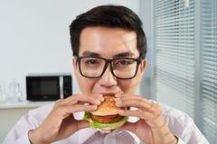 biznesmena łasowania hamburger obrazy royalty free