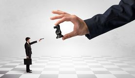 Biznesmena bój przeciw dużej bierce na dużej ręce zdjęcia stock
