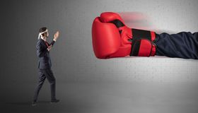 Biznesmena bój z bokserskimi rękawiczkami zdjęcia royalty free