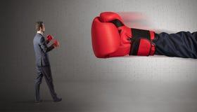 Biznesmena bój z bokserskimi rękawiczkami obraz stock
