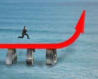 Biznesmena bieg na narastającej czerwonej strzała Fotografia Stock