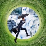 Biznesmena bieg w zieleni pola okrąg obraz royalty free