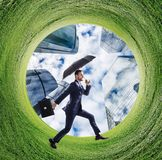 Biznesmena bieg w zieleni pola okrąg obrazy royalty free