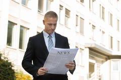 biznesmena biel odosobniony gazetowy czytelniczy obrazy royalty free