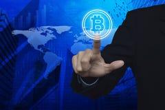 Biznesmena bitcoin naciskowa ikona nad mapy i miasta tłem, Zdjęcia Stock