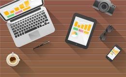 Biznesmena biurko z laptopem, pastylką, mądrze telefonem i materiały, Zdjęcia Royalty Free