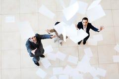 Biznesmena bizneswomanu chwytający papiery Fotografia Stock