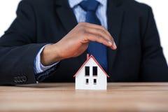 Biznesmena chronienia domu model z rękami Obraz Stock