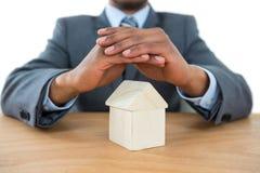 Biznesmena chronienia domu model z rękami Obraz Royalty Free