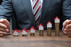 Biznesmena chronienia domu modele Na Brogować monetach Fotografia Royalty Free