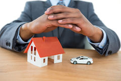 Biznesmena chronienia domu samochód z rękami i model Fotografia Stock