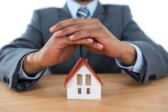 Biznesmena chronienia domu samochód z rękami i model Zdjęcia Royalty Free