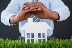 Biznesmena chronienia papier ciie out dom z ręką Zdjęcie Royalty Free