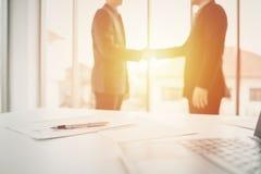 Biznesmena chwiania ręki dla partnerstwa zdjęcia royalty free
