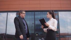 Biznesmena chwiania ręki z biznesową dziewczyną 4K zbiory wideo