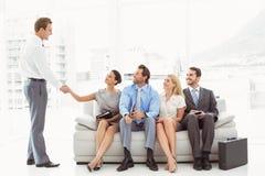 Biznesmena chwiania ręki z kobietą oprócz ludzi czeka wywiad Obrazy Royalty Free