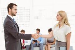 Biznesmena chwiania ręki z kobietą oprócz ludzi czeka wywiad Obraz Royalty Free
