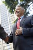 Biznesmena chwiania ręki Z partnerem Zdjęcie Royalty Free