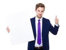 Biznesmena chwyt z plakatem up i kciukiem Zdjęcie Stock