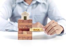 Biznesmena chwyta drewniany blok z sformułowania ryzykiem Obraz Royalty Free