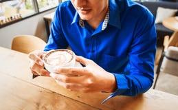 Biznesmena chwyta filiżanka kawy w sklep z kawą Obraz Royalty Free
