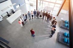 Biznesmena chwyta spotkanie z pracownikami obrazy stock