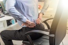 Biznesmena cierpienie od bólu pleców, lekki skutek zdjęcie stock