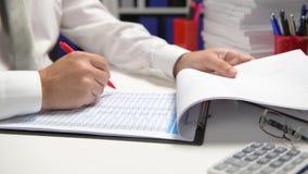 Biznesmena cyrklowanie i działanie, czytamy raporty i piszemy Biurowy pracownik, stołowy zbliżenie Biznesowa pieni??na ksi?gowo?? zdjęcie wideo