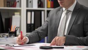 Biznesmena cyrklowanie i działanie, czytamy raporty i piszemy Biurowy pracownik, stołowy zbliżenie Biznesowa pieni??na ksi?gowo?? zbiory wideo