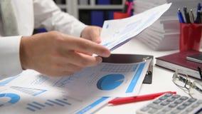 Biznesmena cyrklowanie i działanie, czytamy raporty i piszemy Biurowy pracownik, stołowy zbliżenie Biznesowy pieniężnej księgowoś zbiory